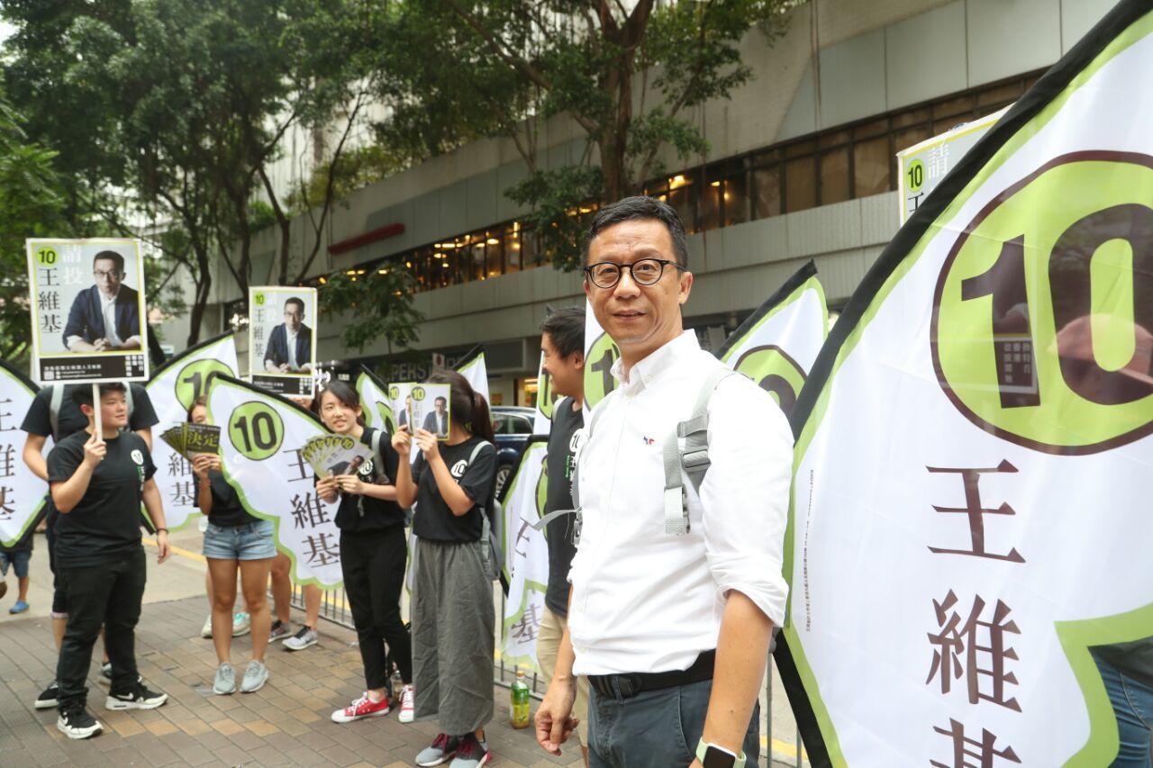 立法會選舉港島區獨立候選人、香港電視主席王維基,今日在港島巡迴拉票。(余鋼/大紀元)