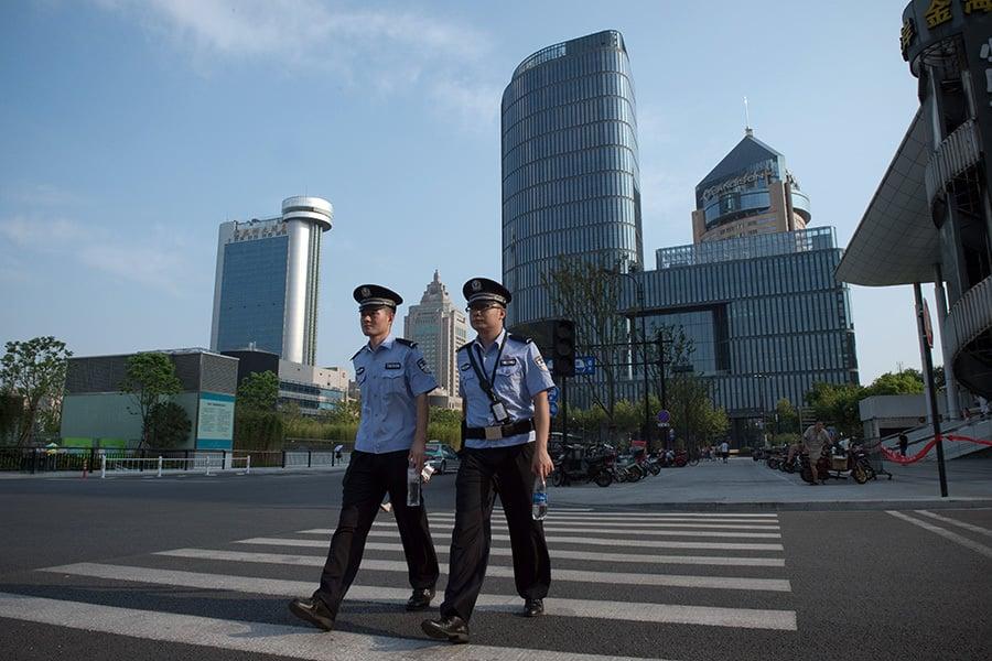 杭州市900萬人口中有超過200萬被外出旅遊。空蕩蕩的街道到處都是穿制服警察的身影。(AFP)