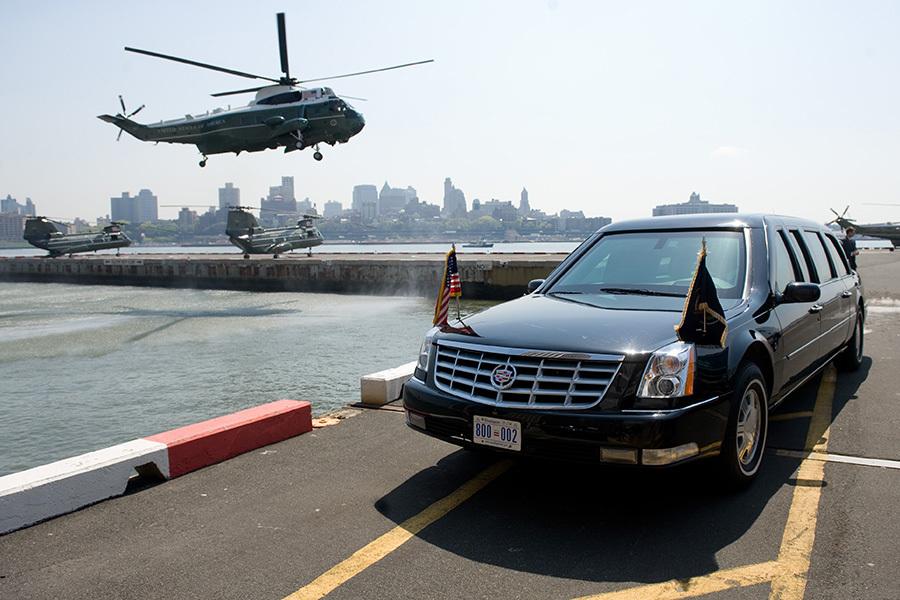 圖中是奧巴馬的海軍陸戰隊1號總統專用直升機和代號野獸的專用座駕陸軍1號凱迪拉克防彈車。這些設備隨先遣隊提前由2架C-17運輸機運抵杭州蕭山國際機場。(AFP)
