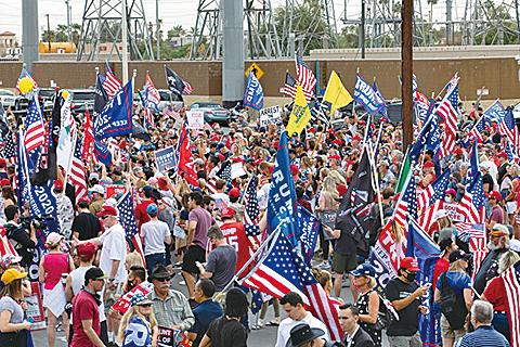 2020年11月6日,亞利桑那州鳳凰城,特朗普的支持者聚集在馬里科帕縣選舉部門外。(Getty Images)