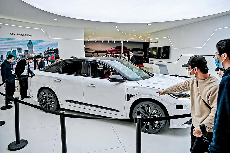 現在,華為把戰略重心轉移到了新能源汽車。中共掀輿論戰,打特斯拉,替華為車造勢。圖為華為在2021上海車展上展出第一款車「阿爾法S」。(Getty Images)