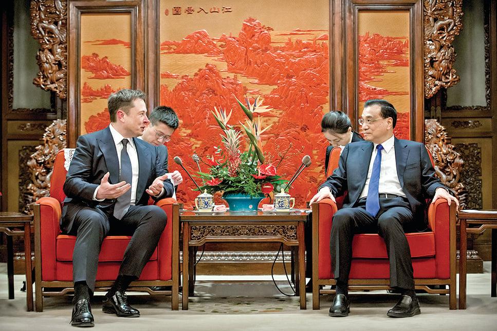 前兩年,中國總理李克強(右)在北京的中南海接見了特斯拉首席執行官馬斯克。但是現在,馬斯克與狼共舞的路還能走多遠呢?(Getty Images)