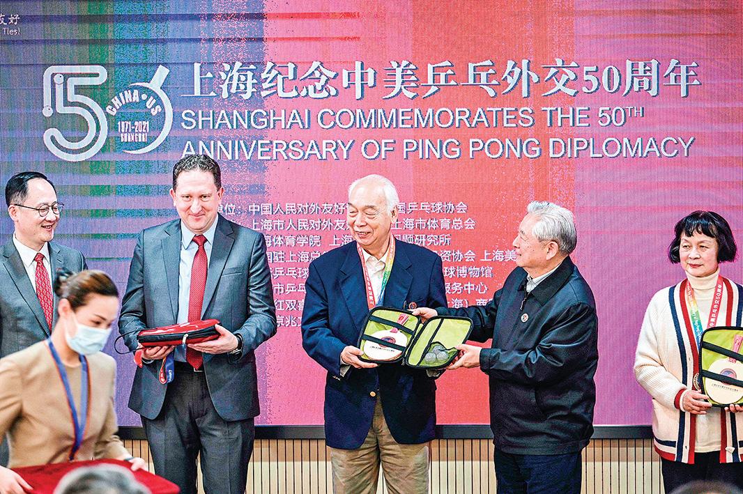 4月10日,美國駐上海總領事James Heller(右四)與當年「乒乓外交」參與者之一的張燮林(右三)、鄭敏芝(右一),在上海出席一個「上海紀念中美乒乓外交50周年」的活動。(AFP)