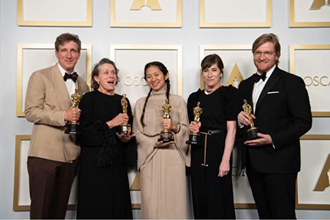 4月25日,趙婷(中)在奧斯卡頒獎典禮上。(Matt PetitA.M.P.A.S. via Getty Images)