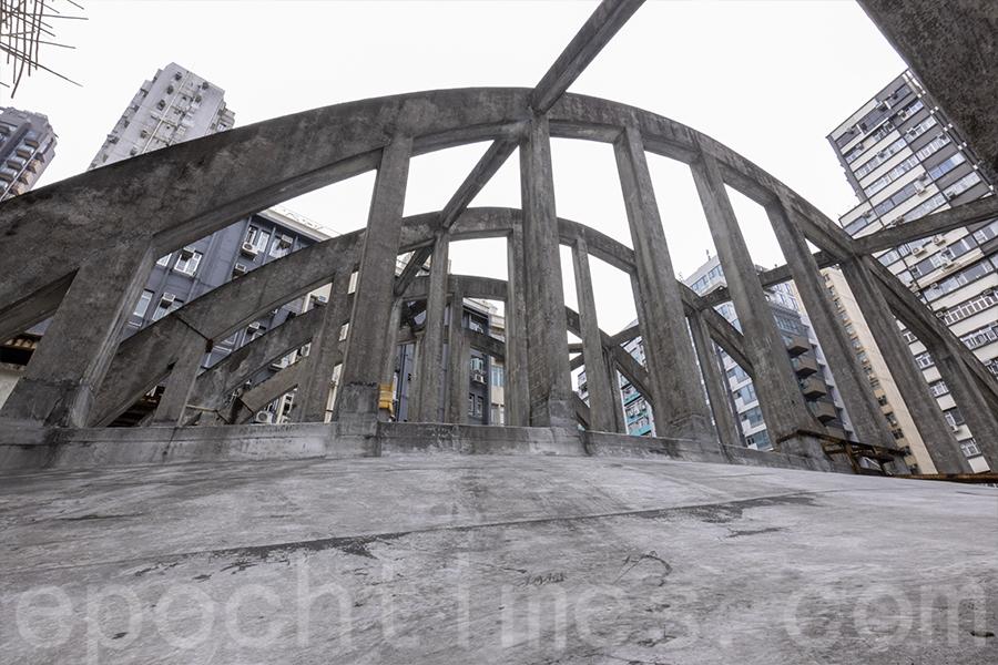 拋物線型拱橋式桁架(俗稱飛拱)。(曾蓮/大紀元)