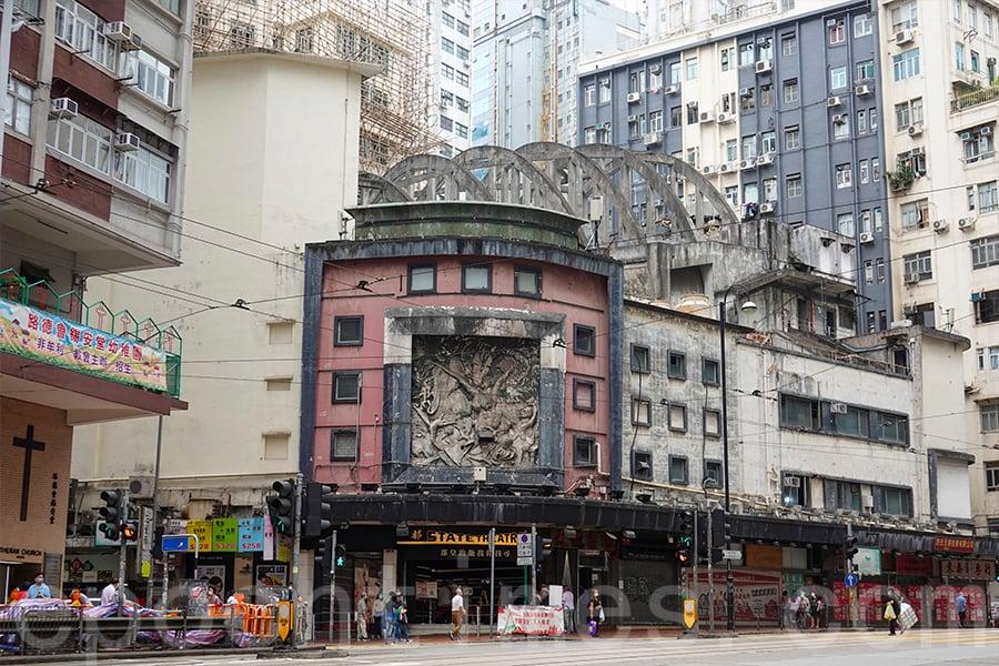 中西合璧的《蟬迷董卓》大型浮雕,揉合中國、東南亞及西方藝術。(曾蓮/大紀元)