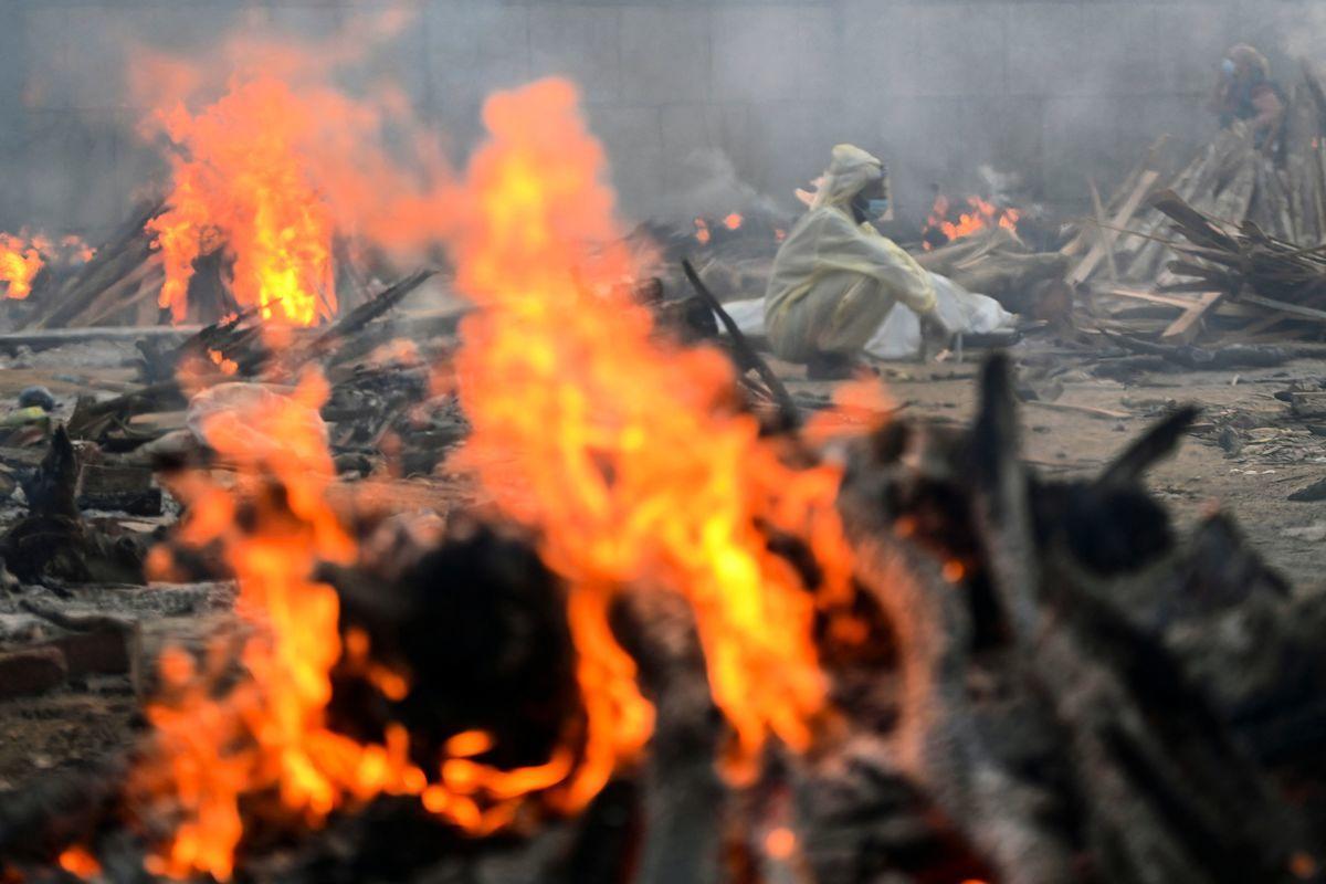 印度疫情失控,2021年04月單周新增225萬病例,死亡人數也暴增近90%,首都每四分鐘就有一人病亡,有些火葬場忙到來不及火化遺體。(Sanjay KANOJIA/AFP)