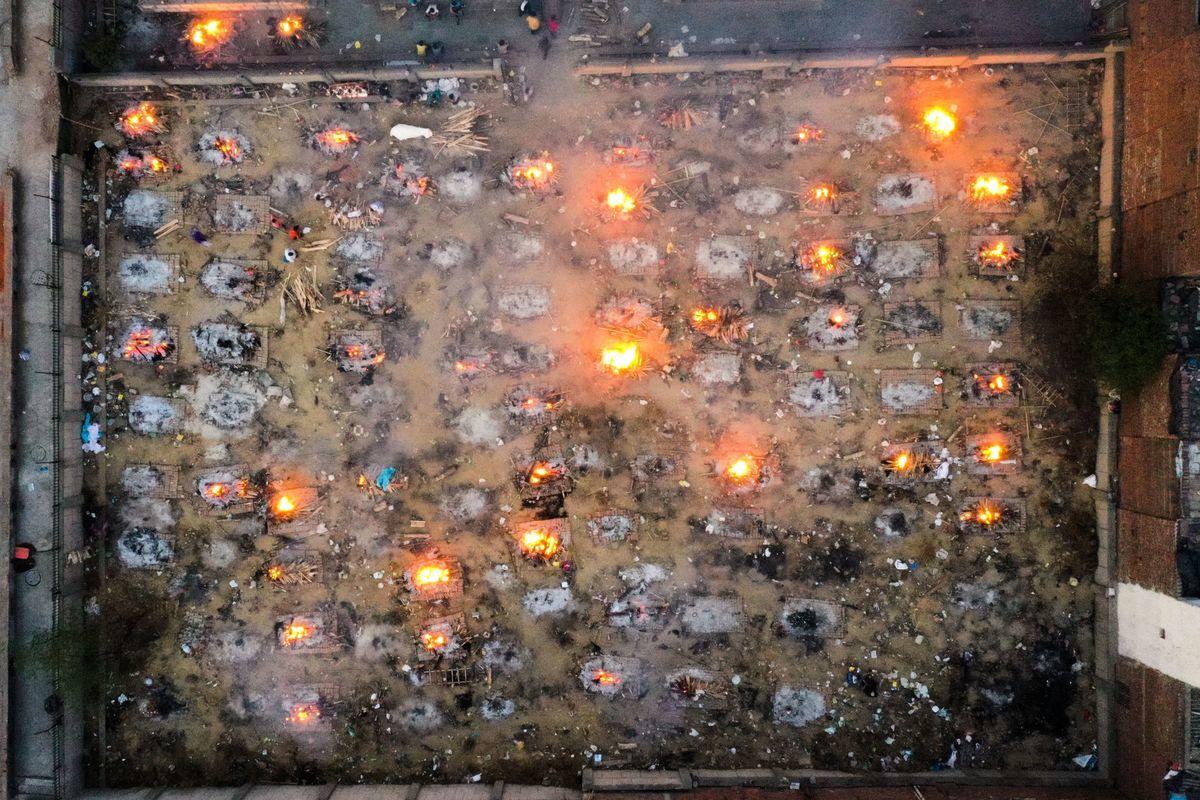 印度疫情失控,單周新增225萬病例,死亡人數也暴增近90%,首都每四分鐘就有一人病亡,有些火葬場忙到來不及火化遺體。(JEWEL SAMAD/AFP via Getty Images)