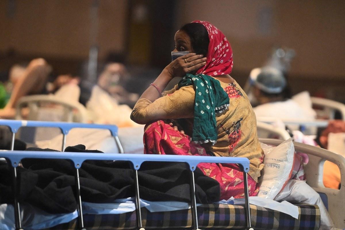 印度疫情失控,總理莫迪稱,印度正遭到「病毒風暴」衝擊。中共自稱要「幫助印度」,但是被美國專家駁斥,印媒更報出,中共暫時切斷了運到印度的醫療物資,並趁機對醫療物資漲價,等於給印度的傷口上撒鹽。(大紀元製圖)