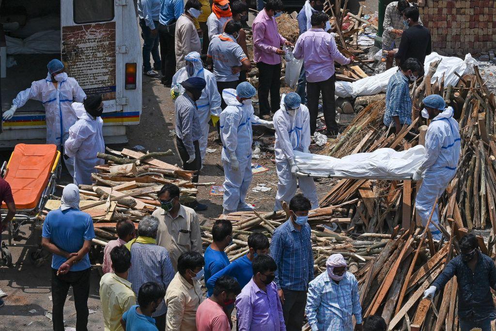 印度火葬場工員說:「這種病毒正在像吞噬怪物一樣吞噬我們這個城市的人們。」(Photo by PRAKASH SINGH/AFP via Getty Images)