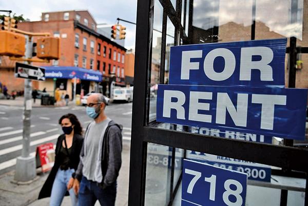 圖為2020年10月5日,人們走過紐約市布碌崙空店面的「出租」標誌。(ANGELA WEISS/AFP via Getty Images)