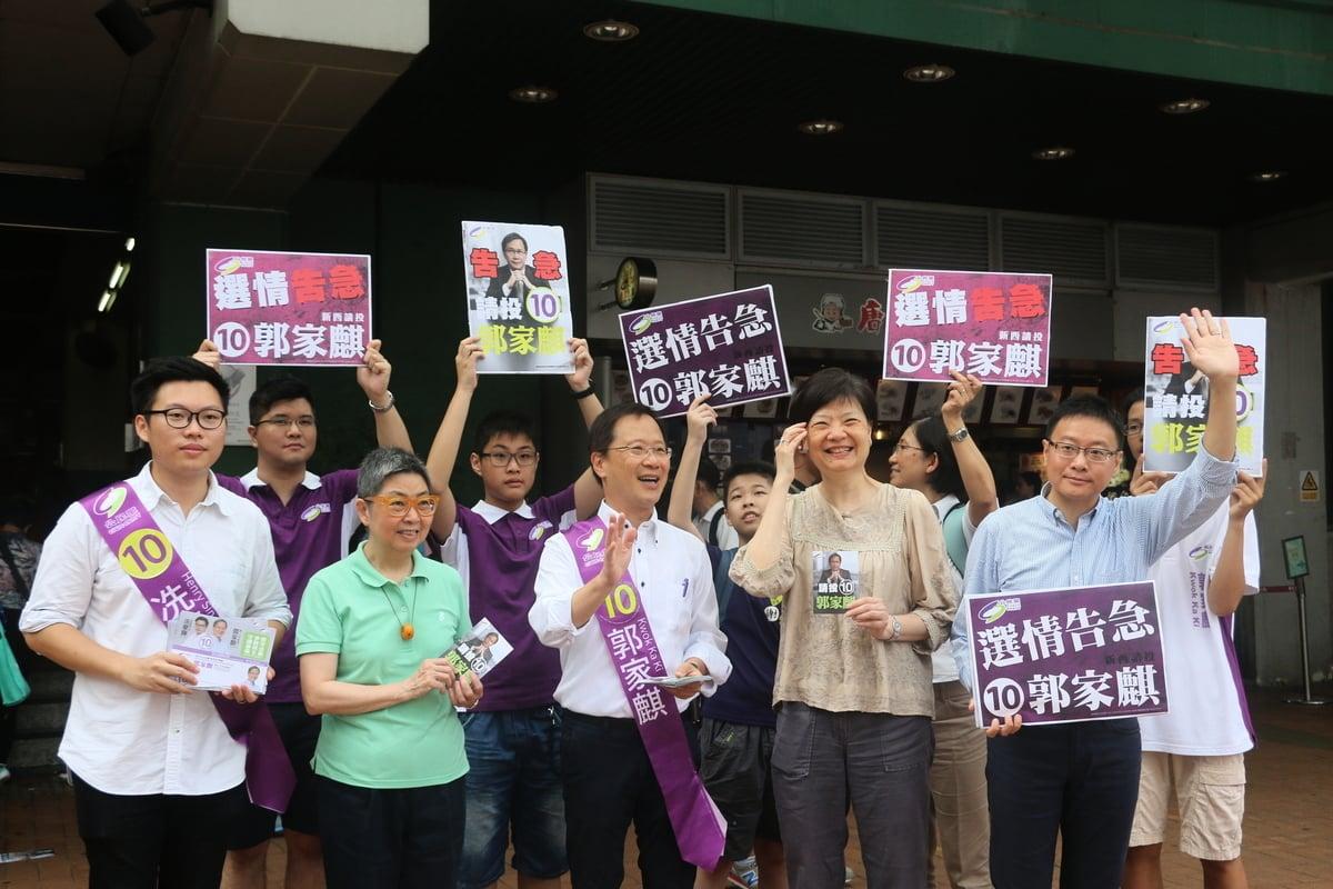 舉投票日,公民黨新界西郭家麒團隊在葵芳造勢,同時「告急」。(孫青天/大紀元)