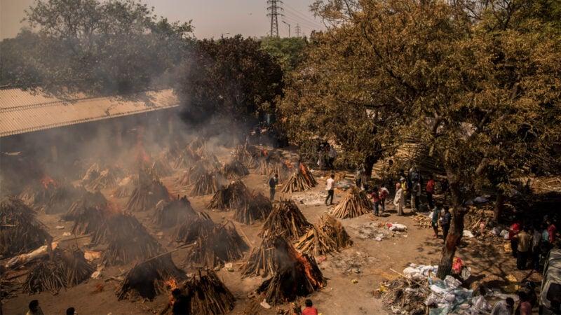 由於疫情嚴重,印度的火葬場晝夜不停地運轉。2021年4月24日,在新德里的一個火葬場,正利用柴堆焚燒屍體。(Anindito Mukherjee/Getty Images)