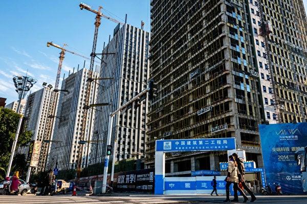 中國多地房價持續上漲,連三線城市也陸續公佈房市調控政策。分析認為,不少地方政府仍對土地財政有高度依賴。(AFP)