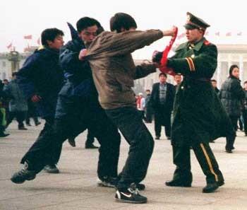 圖為警察暴力對待在天門和平請願的法輪功學員
