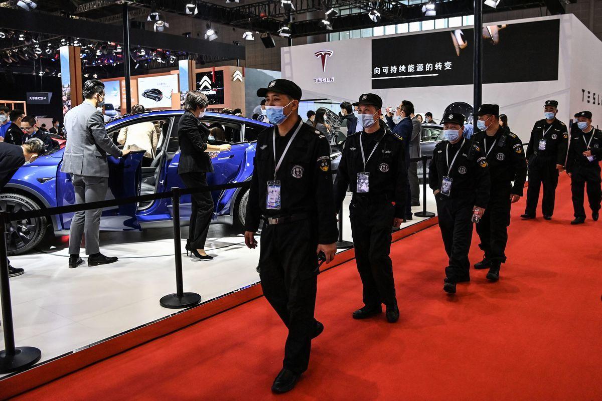 特斯拉目前在中國的遭遇,外界猜測或許是中共害怕無法完全掌控特斯拉的數據訊息以及技術,刻意製造的事端,想要逼特斯拉按照中共的「規則」走。圖為2021年4月份上海國際汽車工業博覽會的特斯拉展區。( HECTOR RETAMAL / AFP)