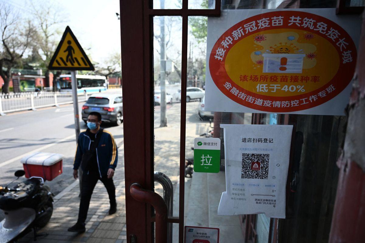 一直以來,中國製疫苗的防疫效果及安全性,受到質疑。圖為4月7日,北京一家商鋪門口標示該店員工接種疫苗率低於40%。(LEO RAMIREZ/AFP via Getty Images)
