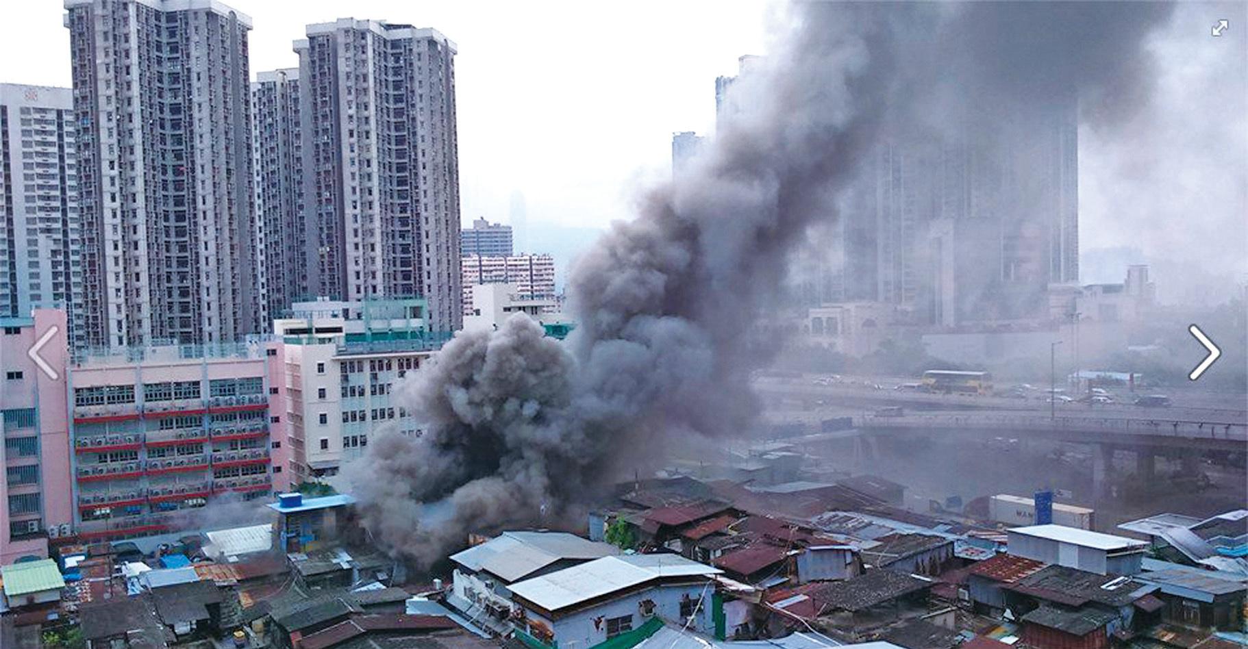 火警現場黑煙衝到半空,在奧運的居民都受到煙霧的影響。(Fox Ka-fai Lo/Facebook擷圖)