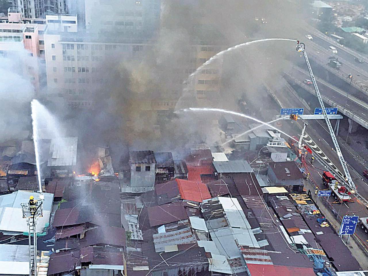 火勢因果欄密集的攤檔而迅速蔓延。消防出動大批人手撲救。(Dennis Law)