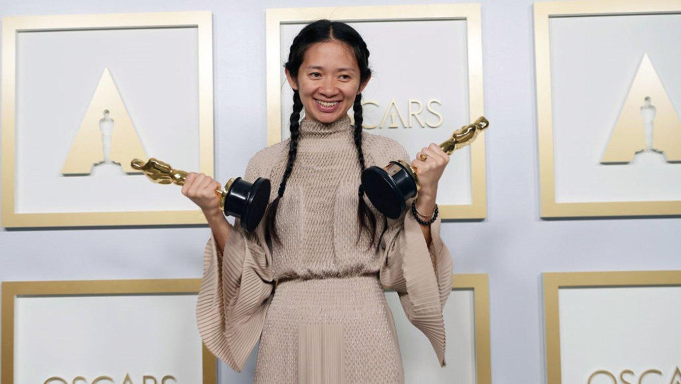 美國華裔導演趙婷25日以《浪跡天地》奪下第93屆奧斯卡最佳導演獎,成為第一位獲得最佳導演獎的亞裔女導演。(Matt Petit / A.M.P.A.S. via Getty Images)