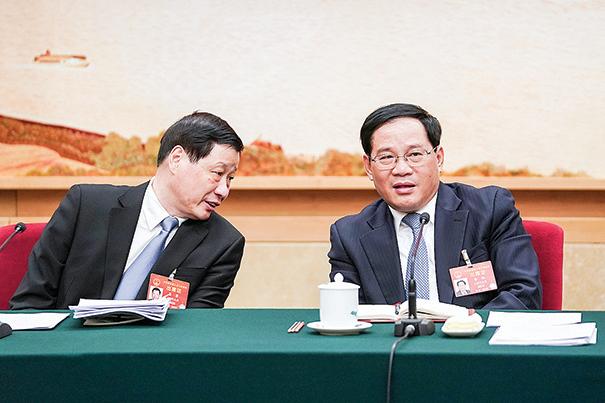 2019年3月,中共上海市委書記李強(右)與時任上海市長應勇(左)在北京兩會上海代表團會場。(Getty Images)