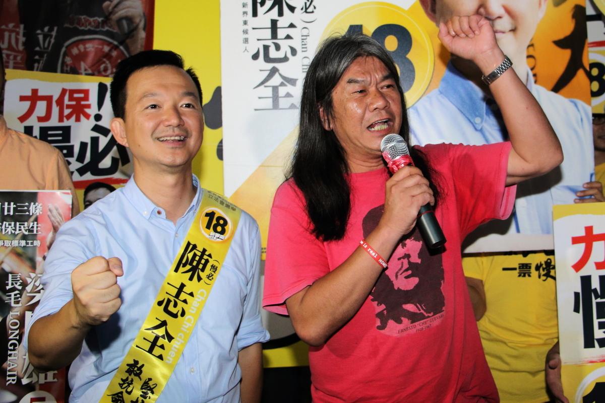 社民連和人民力量今年組成選舉聯盟,兩位候選人梁國雄和陳志全晚上一起向支持者拉票。(蔡雯文/大紀元)