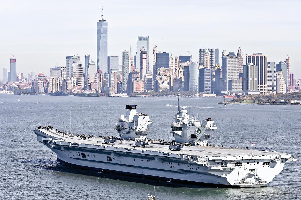 英國「伊利沙伯女王」號航母打擊群將於5月啟程奔赴印太地區,進行首次國際部署。這是英國航母20年來再次駛入太平洋。圖為2018 年伊利沙伯女王號到訪紐約。(Getty Images)