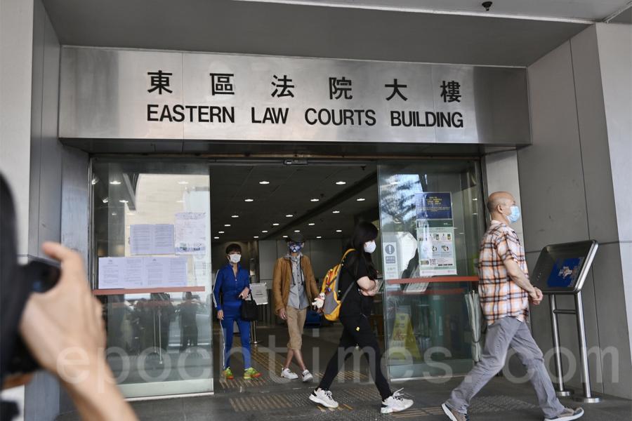 4月30日,「12港人」的家屬陸續離開東區法院。12港人案中,9名被告被加控一項「妨礙司法公正罪」,而於同日下午在東區裁判法院提堂。(宋碧龍/大紀元)