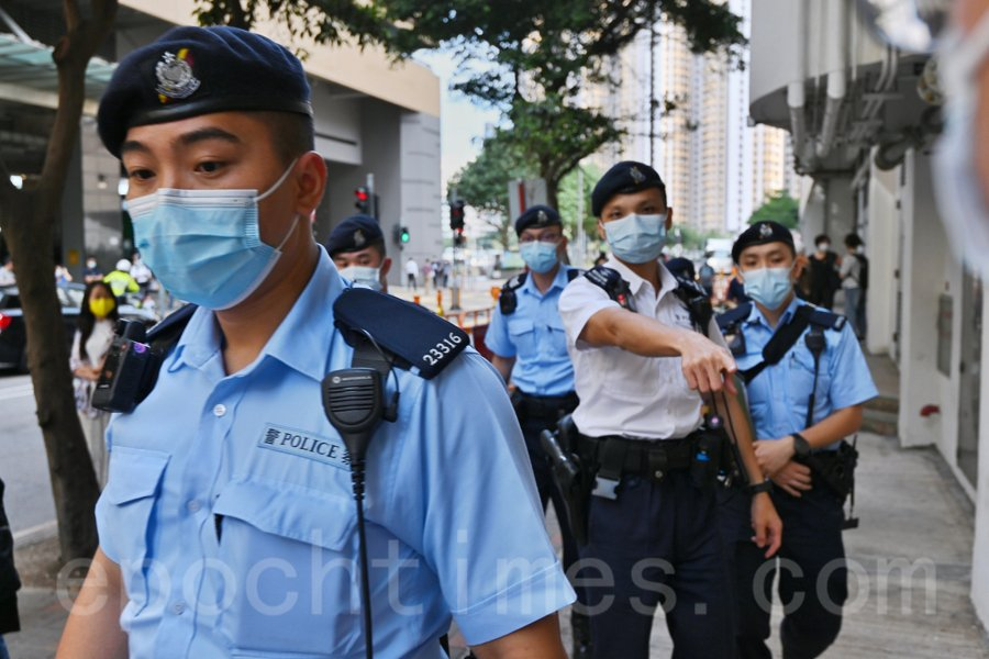 12港人案中,9名被告被加控一項「妨礙司法公正罪」,今日(30日)下午在東區裁判法院提堂。法院外,在囚車出現前,警方拉起封鎖線。(宋碧龍/大紀元)