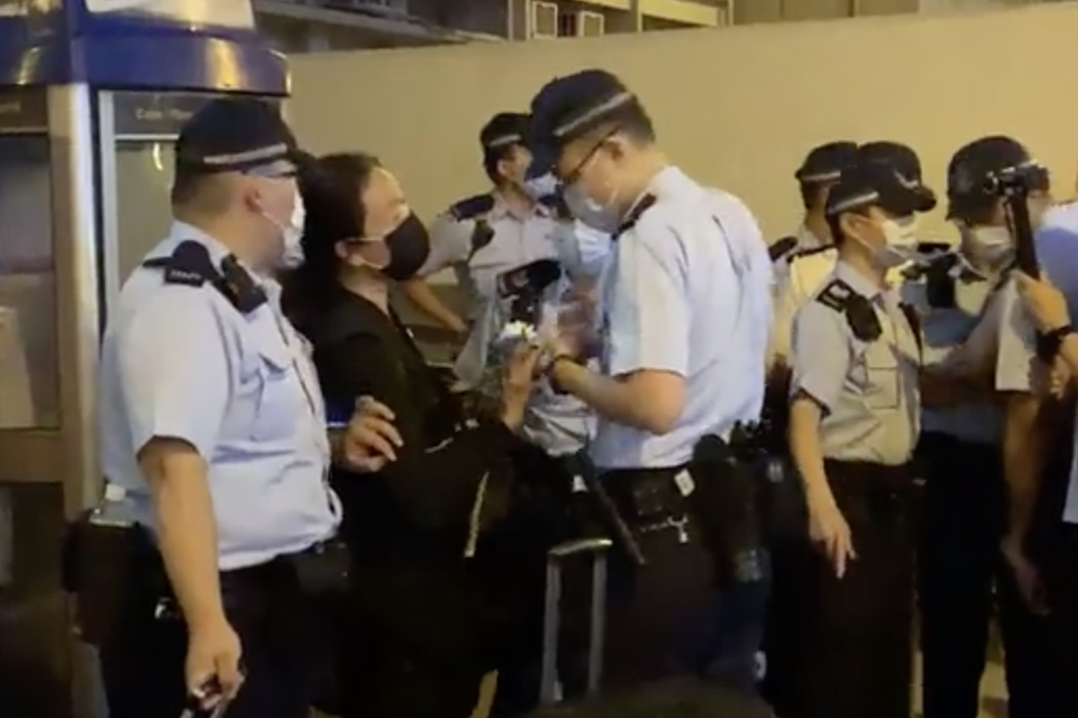 4月30晚,「廚房佬」施漢恒(圖中穿黑衣者)在港鐵太子站被警方以「涉嫌公眾地方行為不檢」拘捕。(自由人快訊截圖)