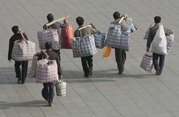 農民工一年四季在外打工,只有過年才能回家。(大紀元)