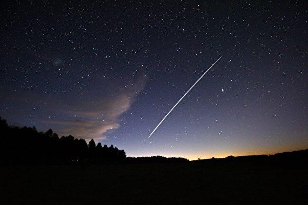 圖為2021年2月7日,在烏拉圭由慢速相機拍攝的一組掠過天空的星鏈(Starlink)衛星。(MARIANA SUAREZ / AFP  via / Getty Images)