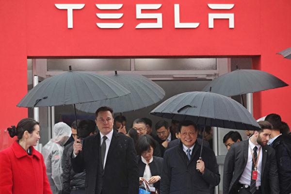 2019年1月7日馬斯克與上海市長應勇參加了特斯拉上海工廠奠基儀式。僅僅2年之後,中共當局就與特斯拉「翻臉」(STR/AFP )