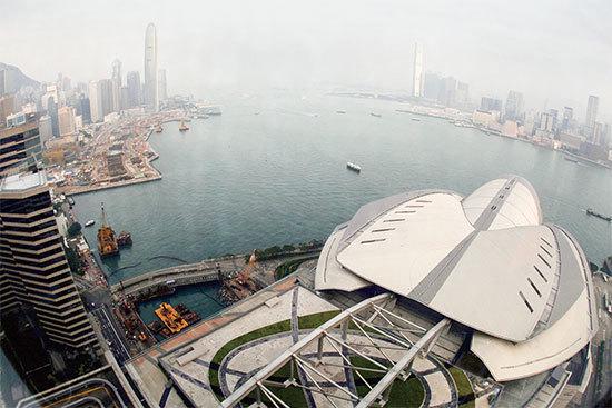 香港會議展覽中心建築物是一個石龜造型,建於爐峰山下,灣仔海邊,如特大石龜張開大口,對著維多利亞港。(Getty Images)