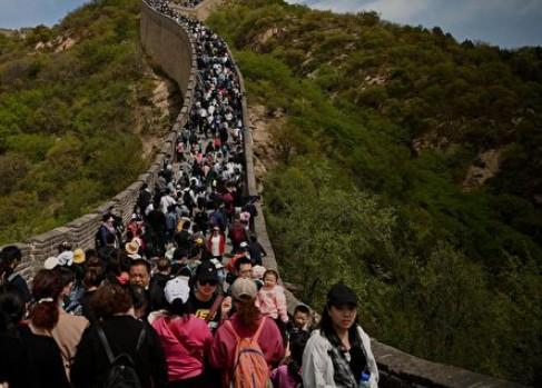 北京八達嶺長城,游人如織,很多人不戴口罩。(網頁截圖)