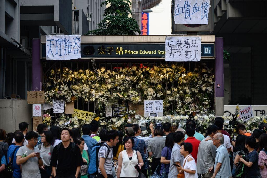 「8.31太子站事件」後,不少港人自發於太子站B1出口外抗議及獻花以紀念受害者。(PHILIP FONG/AFP via Getty Images)
