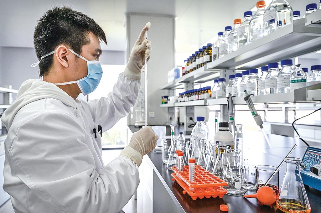 2020年1月5日,中科院武漢病毒所成功分離新冠病毒株,新冠滅活疫苗的研發工作就由此開始。圖為2020年9月24日一位技術人員在北京生物技術公司的實驗室工作。(Getty Images)