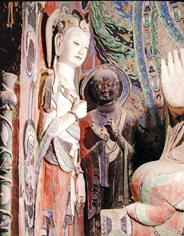 此為敦煌莫高窟的隋朝第420窟的脅侍菩薩(左)與阿難像(右)。(公有領域)