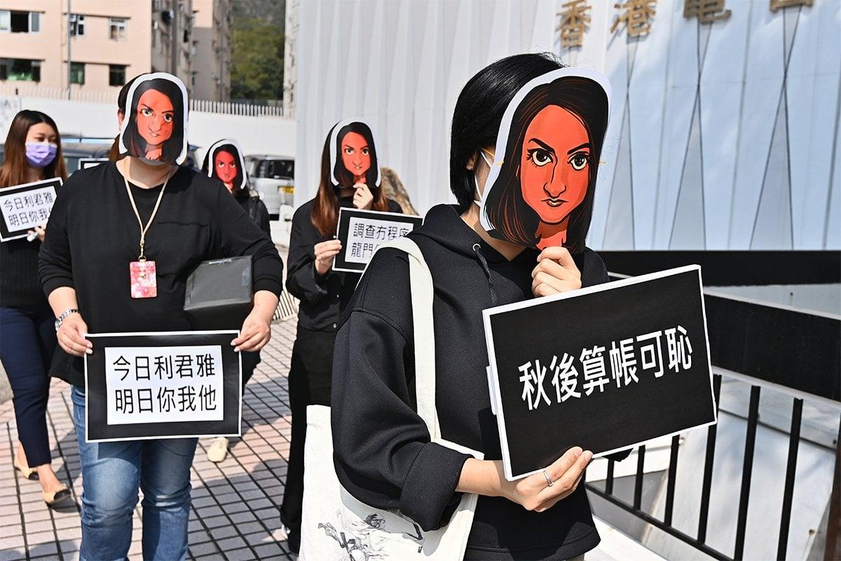 香港電台節目製作人員工會今日(5月3日)確認,助理節目主任利君雅(Nabela Qoser),不獲得續約,須於本月底離開港台。圖為今年1月底港台節目製作人員工會聲援利君雅的場景。(宋碧龍/大紀元)