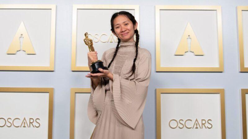 圖為2021年4月25日,於美國洛杉磯舉行的第93屆奧斯卡頒獎典禮上,美籍華裔導演趙婷獲得最佳導演獎。(Matt Petit/A.M.P.A.S. via Getty Images)