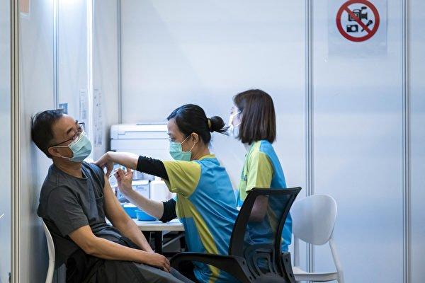 一名31歲男子5月1日接種第一劑大陸國產科興疫苗,因「未能移除針筒」被送往律敦治醫院診治,屬全港首例。圖為2月23日,一名男子在香港的社區疫苗接種中心接種。(Paul Yeung - Pool/Getty Images)