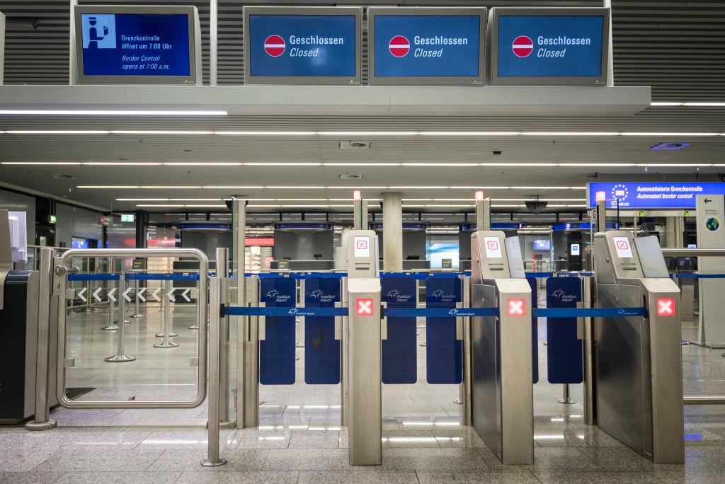 美國在4月27日宣佈鬆綁對中國等部份國家的入境限制,允許因大瘟疫滯留在中國長達一年半的中國留學生,在7月以後赴美就讀,這讓中國到美國的航班機票,聞聲大漲上萬元。圖為機場的邊境管制入口。(Photo by Thomas Lohnes/Getty Images)