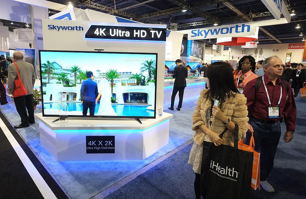 近日,中國大陸一位網民在網絡論壇上發帖說,他發現他家連著互聯網的電視機每隔10分鐘便會掃描一遍家裏所有的連網設備,並將數據上傳到一家名為「勾正數據」的公司。他透露,他家的電視機是大陸國產品牌「創維」(Skyworth)。(JOE KLAMAR/AFP via Getty Images)