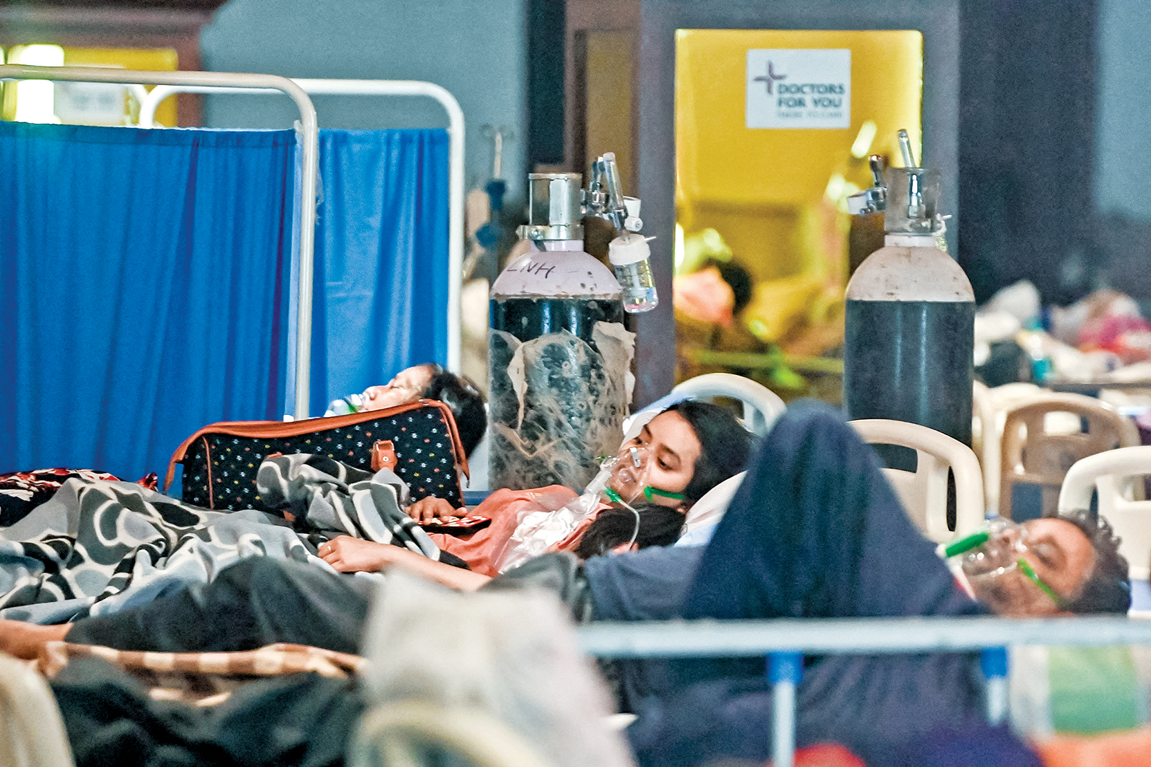 印度這次病毒傳播加速,而且開始出現年輕人感染、死亡雙數據都迅速飆升的趨勢。圖為4月27日,印度中共病毒患者正在一家由餐廳臨時改造的病房內吸氧。(Getty Images)