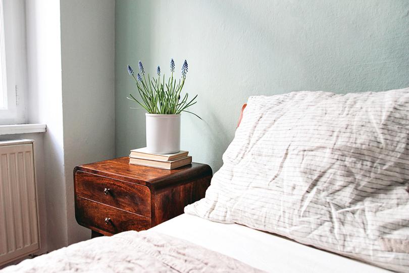精油滴在枕頭上,有助眠、幫助夜間放鬆的效