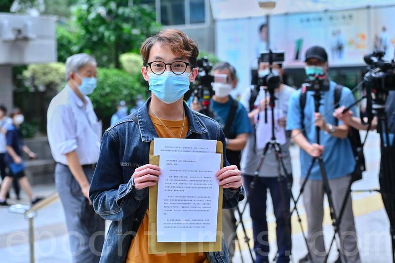 5月4日下午,民陣召集人陳皓桓在區域法院前向傳媒展示給警方的回信。(宋碧龍/大紀元)
