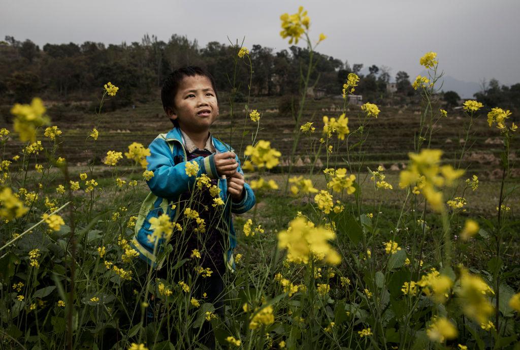 中共的社會制度、戶籍制度,造成農村人口為了賺錢大量外移,留守兒童成了社會問題。圖為中國安順的留守兒童(Kevin Frayer/Getty Images)