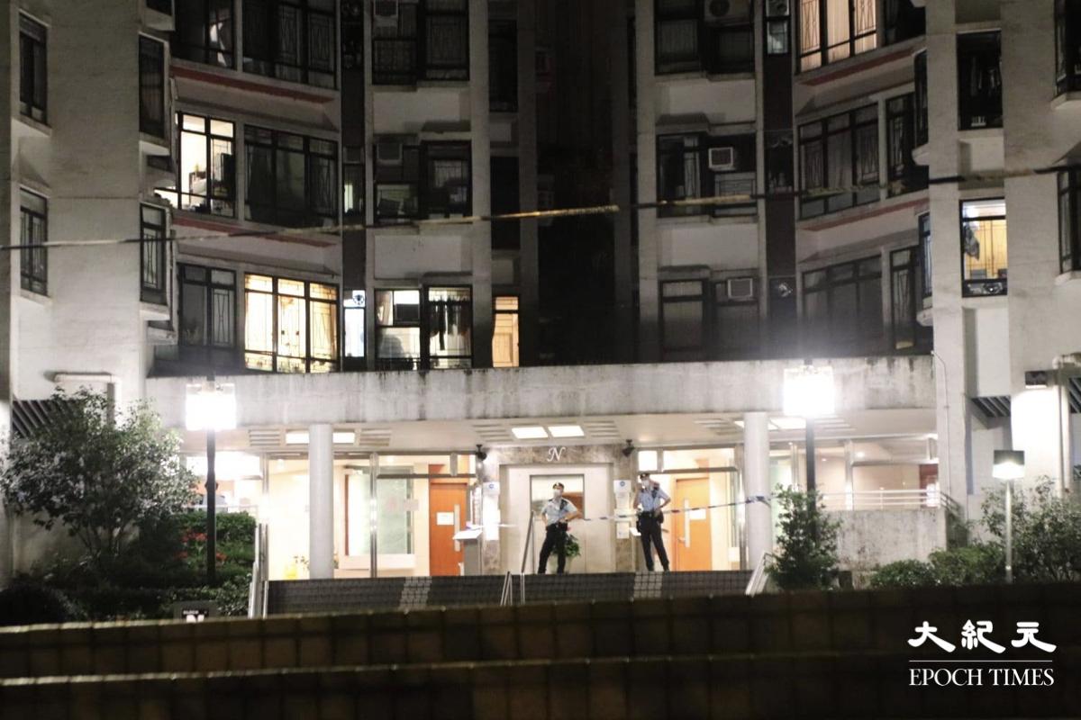 凌晨1時20分,康怡花園N2座現場被封鎖線圍封,大廈入口只有少量警員駐守。(旺角燈箱仔提供)