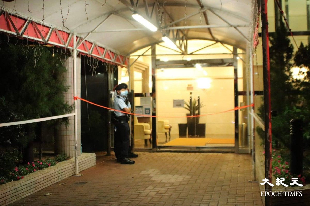 凌晨2時10分,薄扶林道豪峰門外現場被封鎖線圍封,大廈入口只有少量警員駐守。(旺角燈箱仔提供)