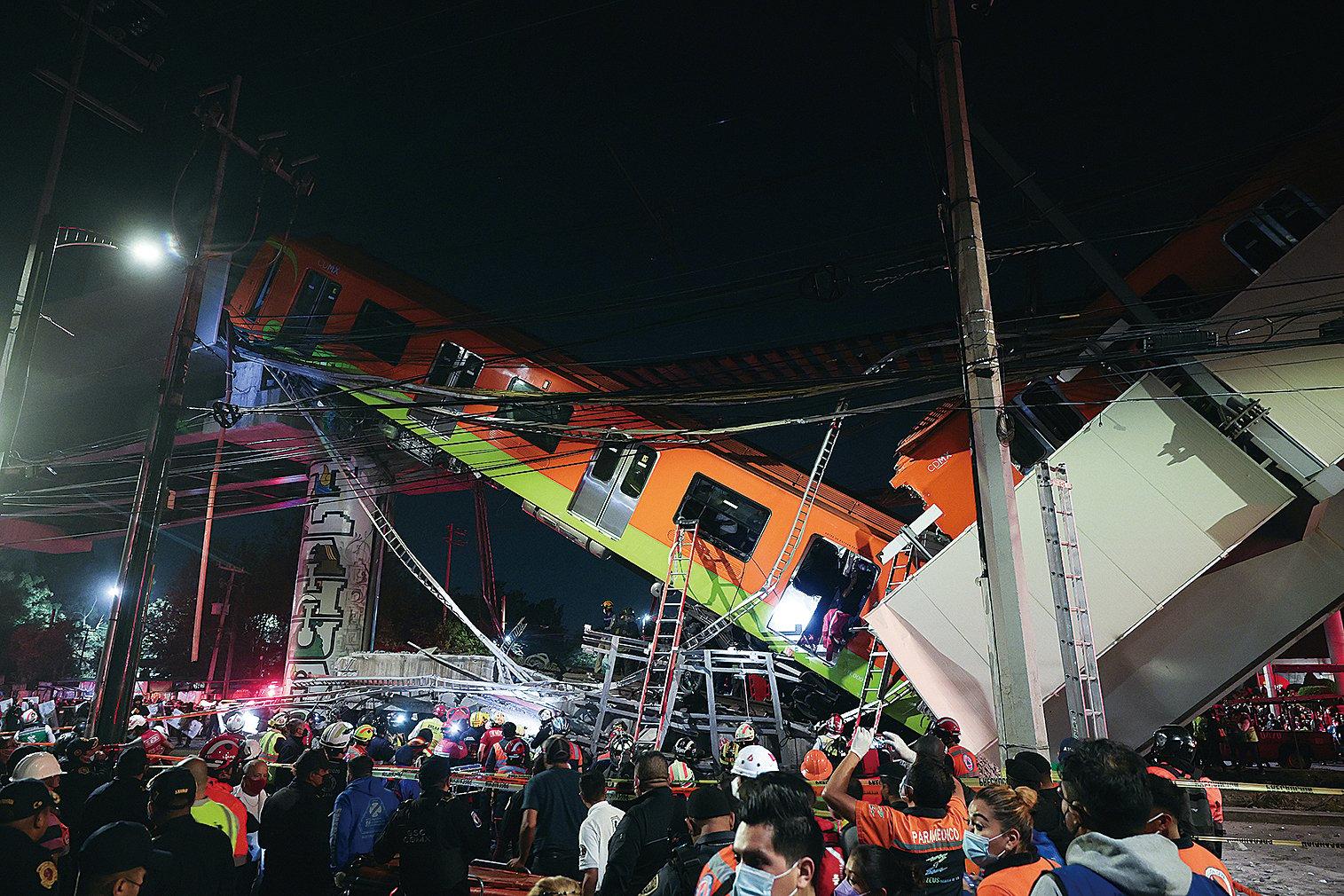 5月3日,墨西哥城一條高架地鐵軌道倒塌後,緊急救援人員正在搜尋倖存者。 (Getty Images)